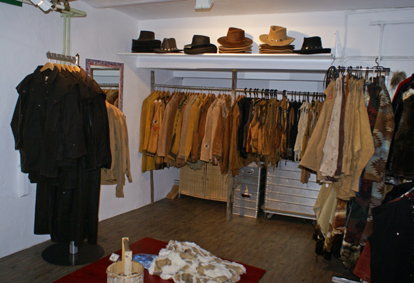 Lederjacken und Kleider, Wachsmäntel und Lederhut-Sortiment aus USA und Australien