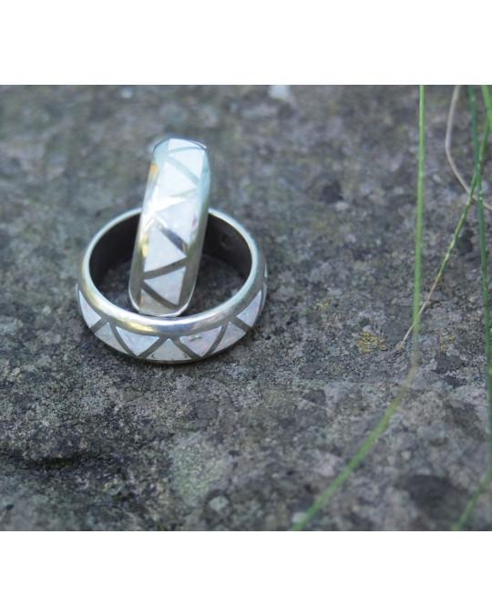 Besonderer Ring mit leuchtend weissem Zuchtopal-Inlay